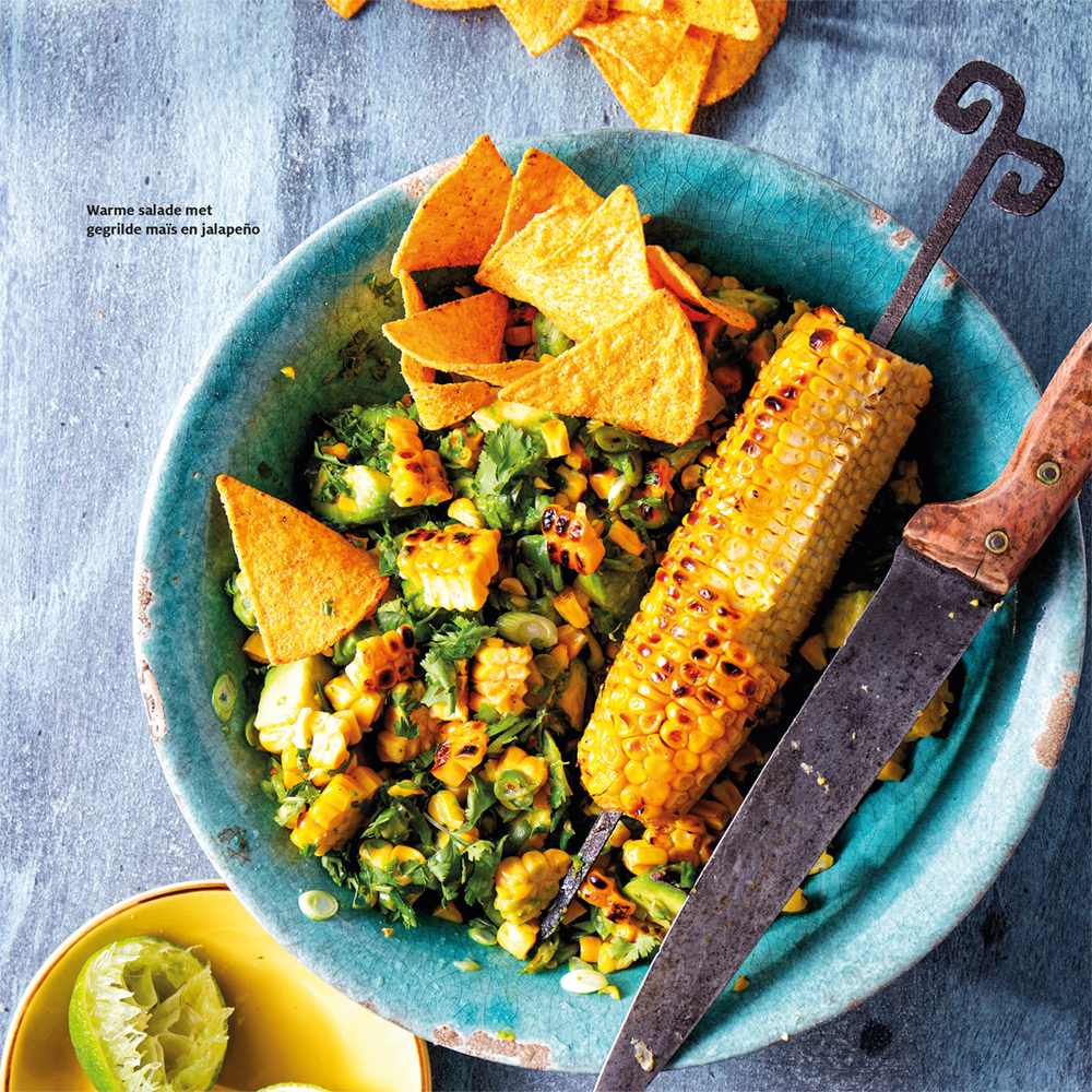 gegrilde mais met jalapeno, avocado en tortillachips