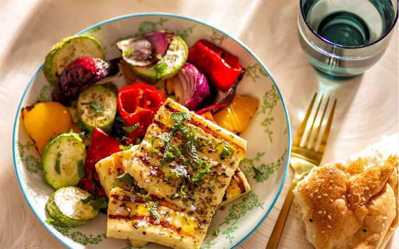 vega recept met gemarineerde gegrilde halloumi en geroosterde groenten